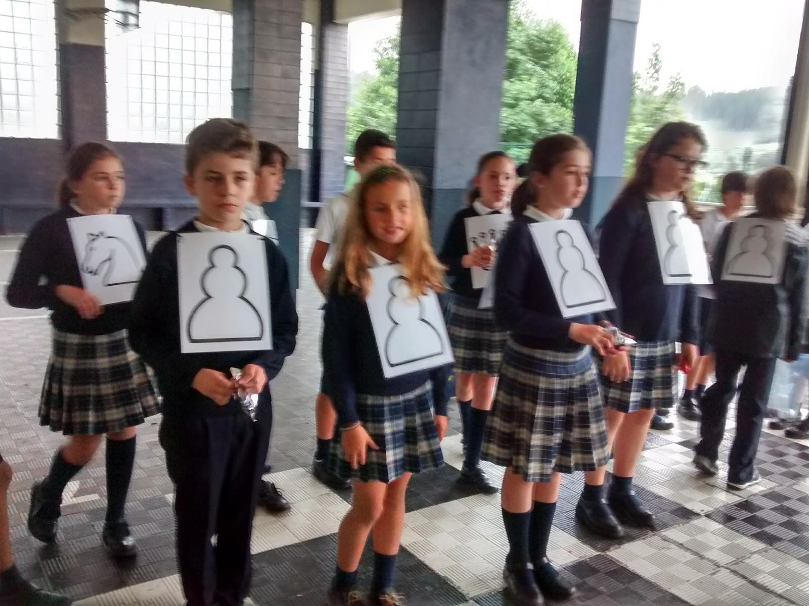 4º EP juega al ajedrez en el patio del colegio