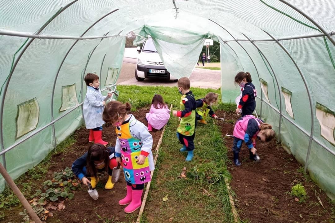 Plantando en nuestro huerto Infantil